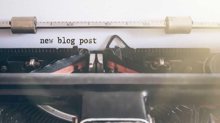 Zdjecia pisania na maszynie nowy post na blogu